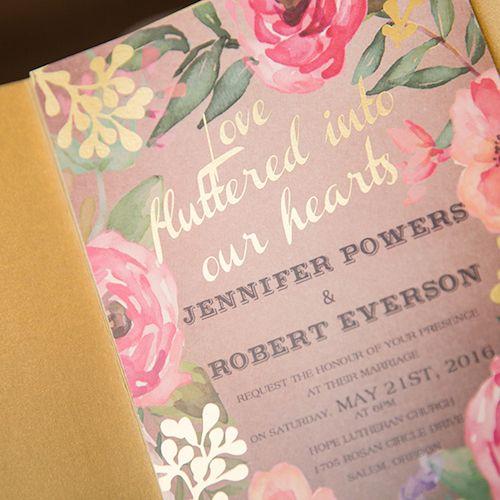 Invitaciones con flores y foil en dorado muy boho.