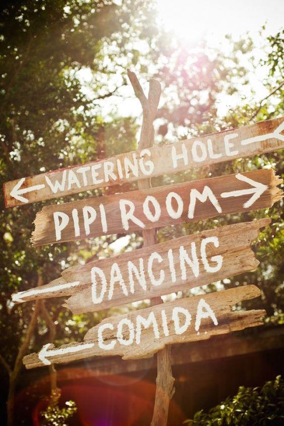 Como indicar donde esta cada cosa en una boda con letreros originales y divertidos de estilo rústico vintage.