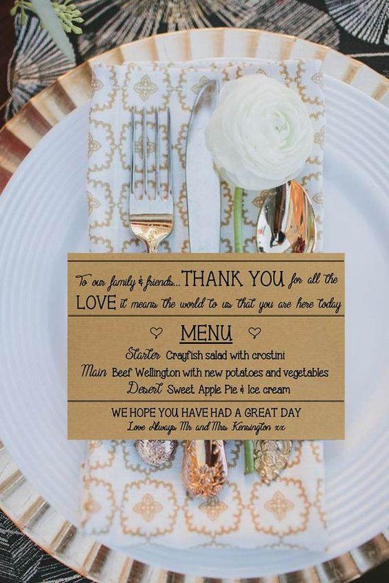 Si decides imprimir menús de boda formales, debes especificar los diferentes tiempos en que se servirá la comida e incluir las bebidas sin mencionar las marcas. Stationery de Pretty Lane Weddings.