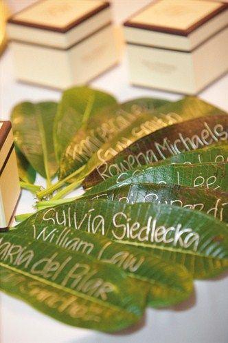 Hojas con los nombres de cada invitado puedes utilizarlas como números de mesa o tarjetas para ubicación de los invitados en una boda con temática Cubana.