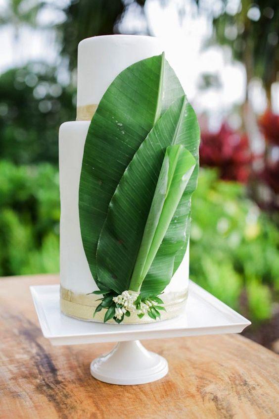Agrega hojas de palma a tu torta minimalista con temática tropical para que luzca aun mas increíble.