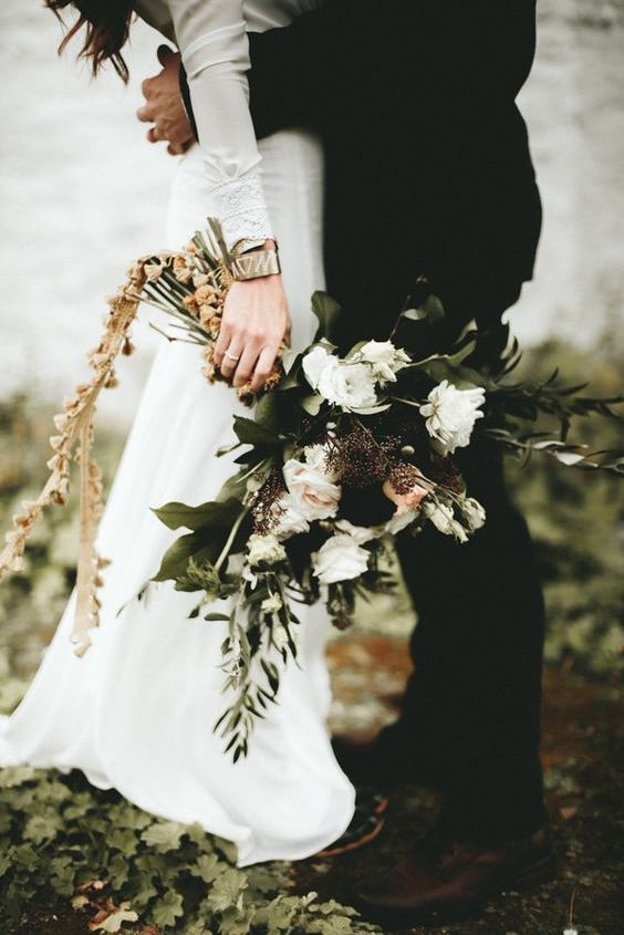 Here's a 6-month wedding planning timeline for you to download! Moody fall wedding bouquet. Photography: Ash & James Photography.