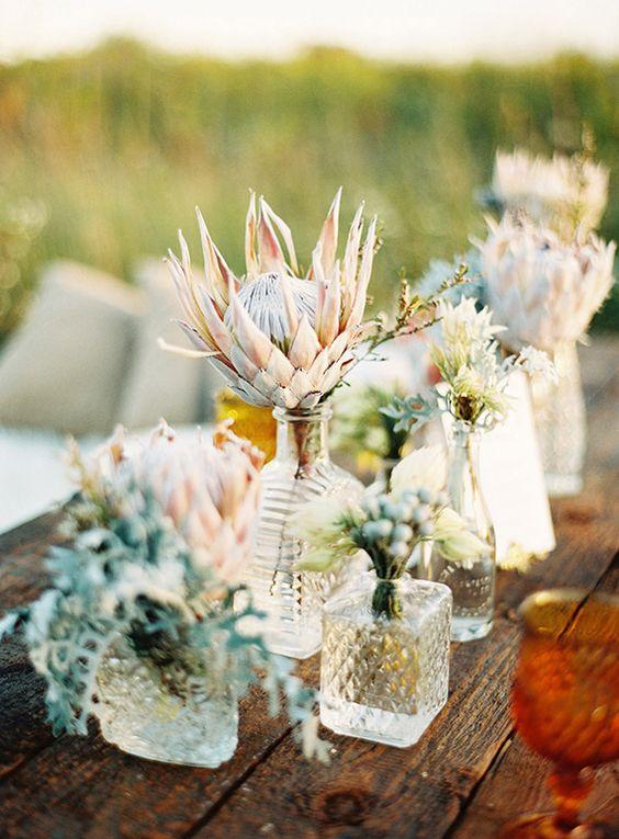 Centros de mesa bohemios con flores silvestres muy originales y sencillos de hacer. Fotografía: Olivia Leigh Photographie.