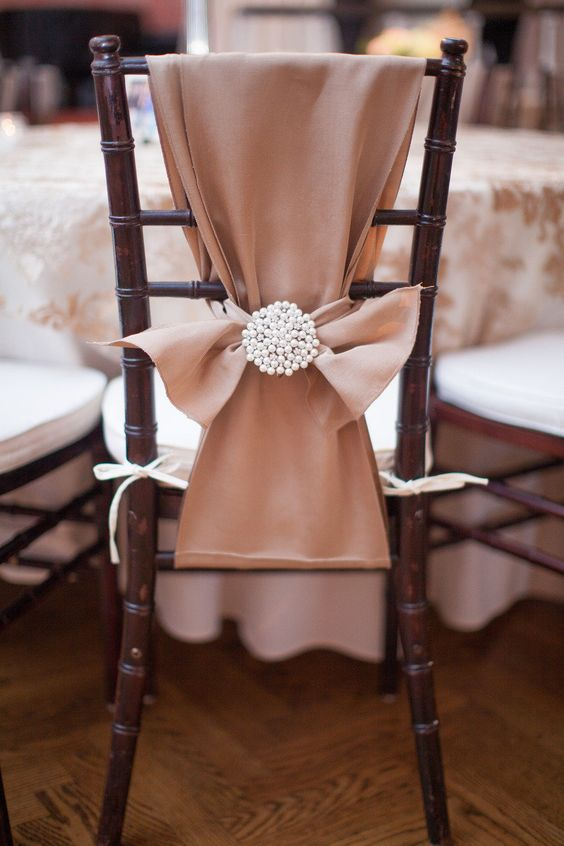 Decoración formal de sillas de boda. Fotografía: Kelly Hornberger Photography.