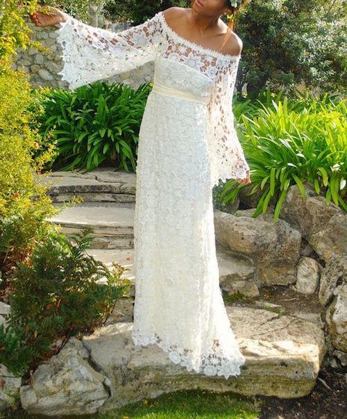 Vestido de novia vintage boho con mangas largas para una boda hippie.