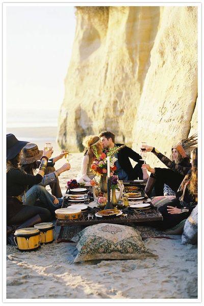 La temática de las bodas boho se basa en el deseo de volver a la naturaleza. Si te gusta la idea de la simplicidad, una boda bohemia podría ser perfecta para ti.