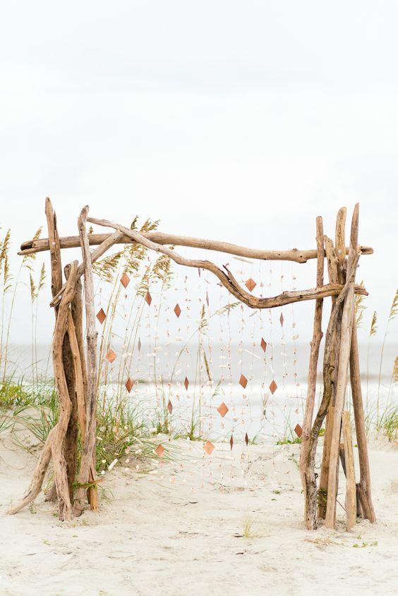 Un altar muy boho hippie. Fotografía: Riverland Studios.