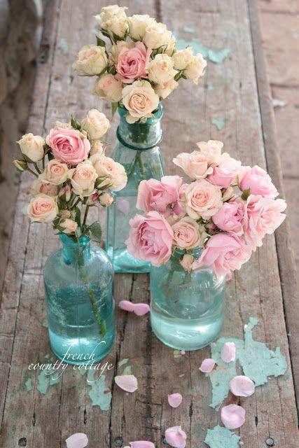 Un trio de botellas en azul con rosas boho vintage.