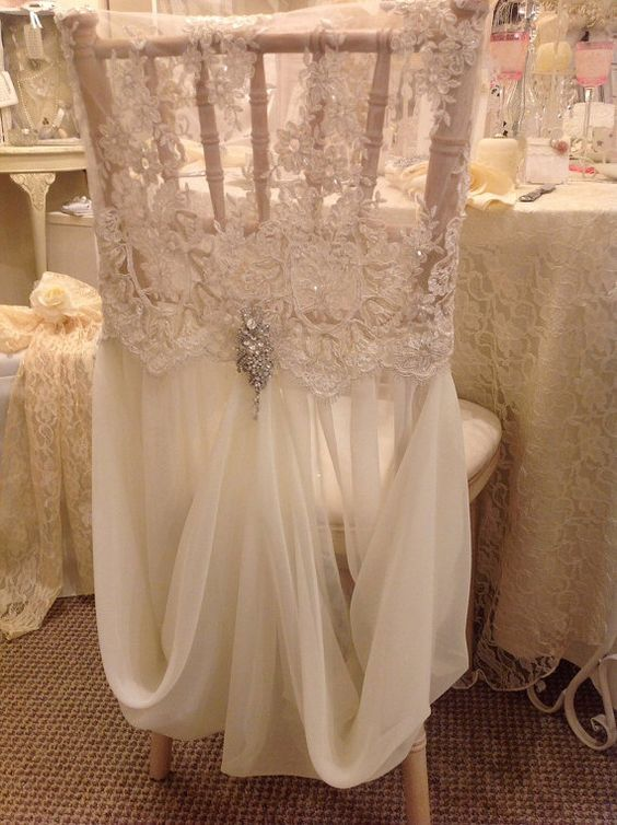 Un hermoso cobertor de sillas super vintage en encaje, con cordones y perlas, tejido sobre fino tul con un detalle de flores