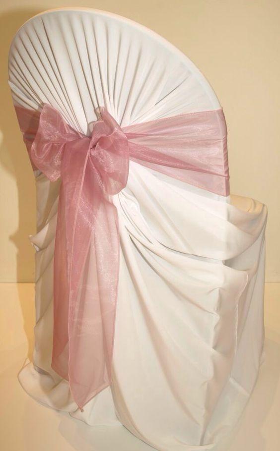 Puedes cubrir las feas sillas de plástico con telas y un lazo.