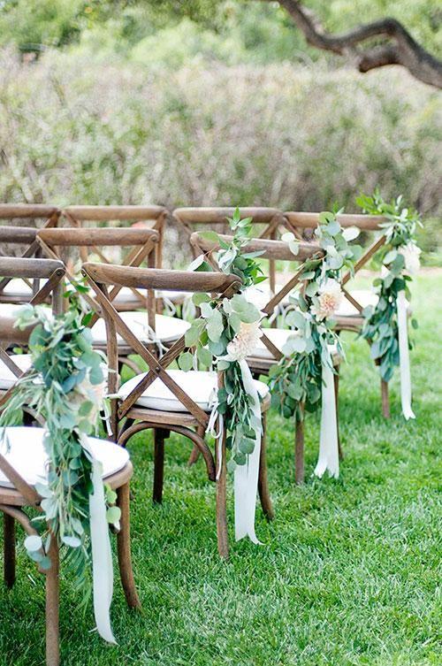 El verde con cintas en color crema logra una simple y hermosa decoración del pasillo de bodas. No te pierdas el tutorial!
