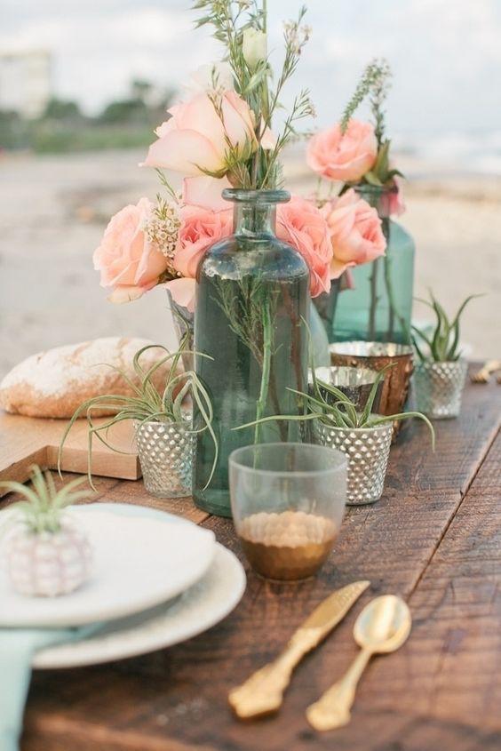 Mesas desnudas con detalles simples y típicos de las bodas boho en la playa. Fotografía: Chelsey Boatwright.