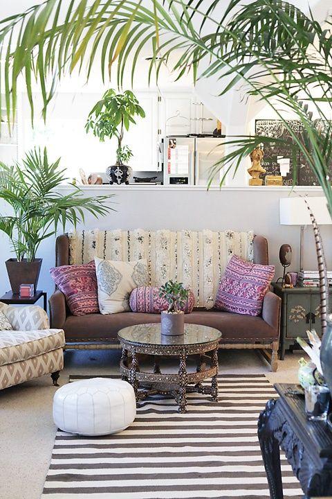 Disfruta de los cócteles y de la vista en el Boho Beach Lounge en Canyon Ranch con un elegante estilo boho chic. Insuperable decoración con un pouf marroquí, almohadones vintage, alfombra a rayas y palmeras. ¡Una belleza!