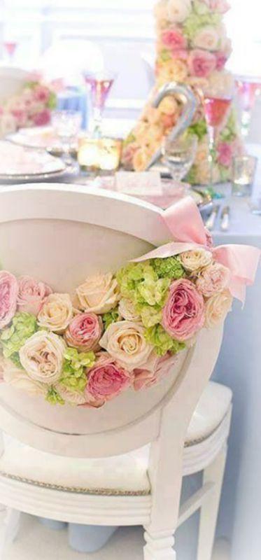 Guirnalda de rosas para decorar las sillas de los novios que hace juego con los centros de mesa. Idea de Debbie Orcutt.