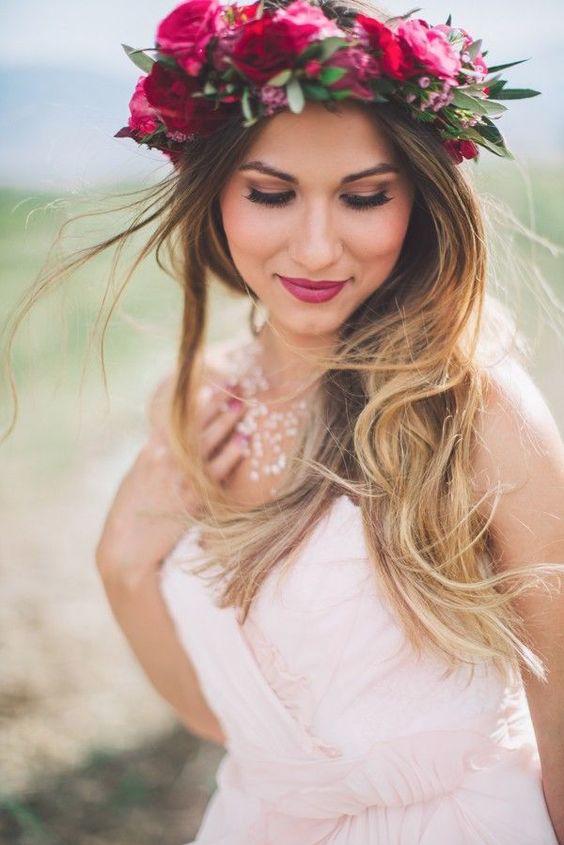 Una novia boho no puede dejar de llevar una corona de flores.