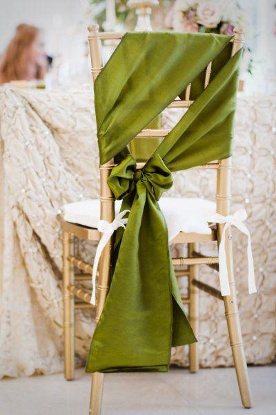 Un modo diferente y muy original para atar la tela y decorar sillas de boda.