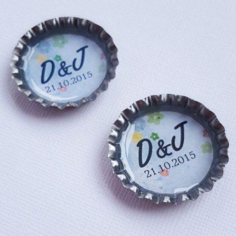 Estos magníficos y originales save the date en tapas de botellas son perfectos para una boda diferente. Un recuerdo perfecto para tus invitados.