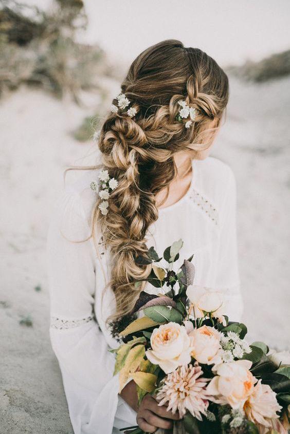 De cola de pescado al pelo suelto en cascada y del clásico al francés, hay incontables peinados de boda con trenzas que son perfectos para el día de tu boda.