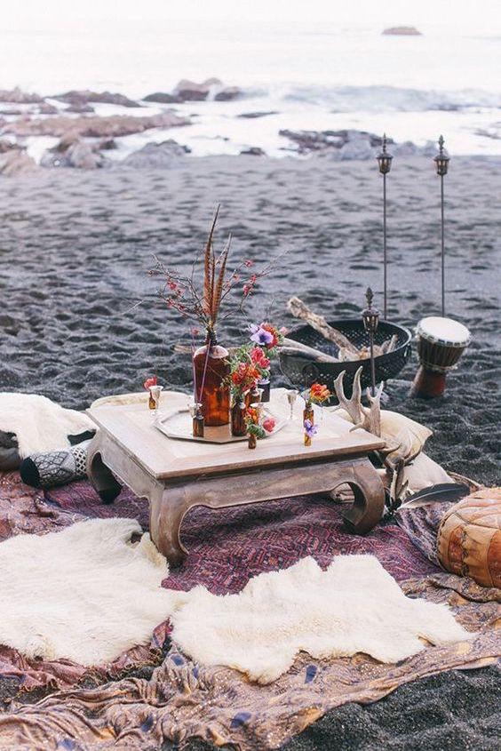 Perfecta escena para una recepcion bohemia; una mesa sobre una alfombra persa y en cojines para comer, beber y hablar hasta que salga el sol ..... pura magia.