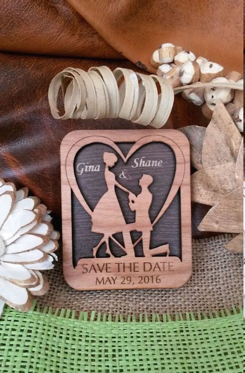 En madera de cerezo estos save the dates con imán son perfectos para una boda rústica y romántica.