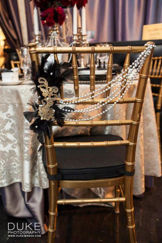 Decoración de sillas con perlas de acrílico plumas y un broche en dorado estilo Gatsby. Fotografía: Duke Photography.
