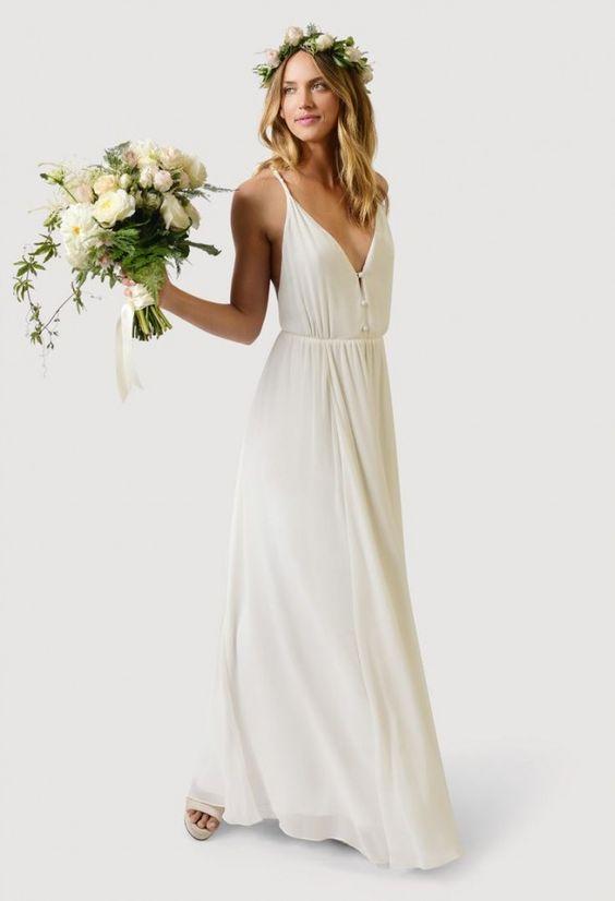 Un vestido de novia simple de gasa con mucho vuelo. Vas a necesitar un vestido que conjugue con esa corona de flores.