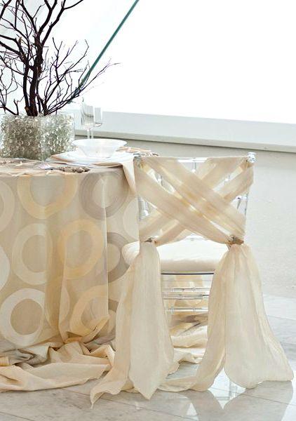 Si tienes destreza para hacer nudos puedes animarte y vestir sillas de boda con este moderno estilo.