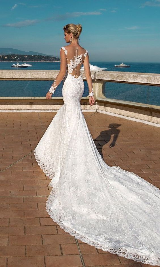 Berenice, one of the elegant mermaid silhouette typical of the Alessandra Rinaudo wedding dresses 2017 collection, invites us to a wedding by the sea.