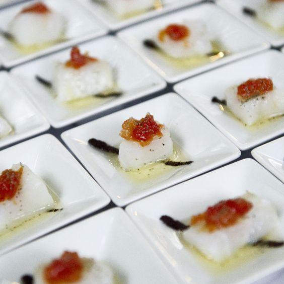 Can Marlet, gastronomía típica de la región. Bacalao con mermelada de tomate y aceite de aceitunas negras.