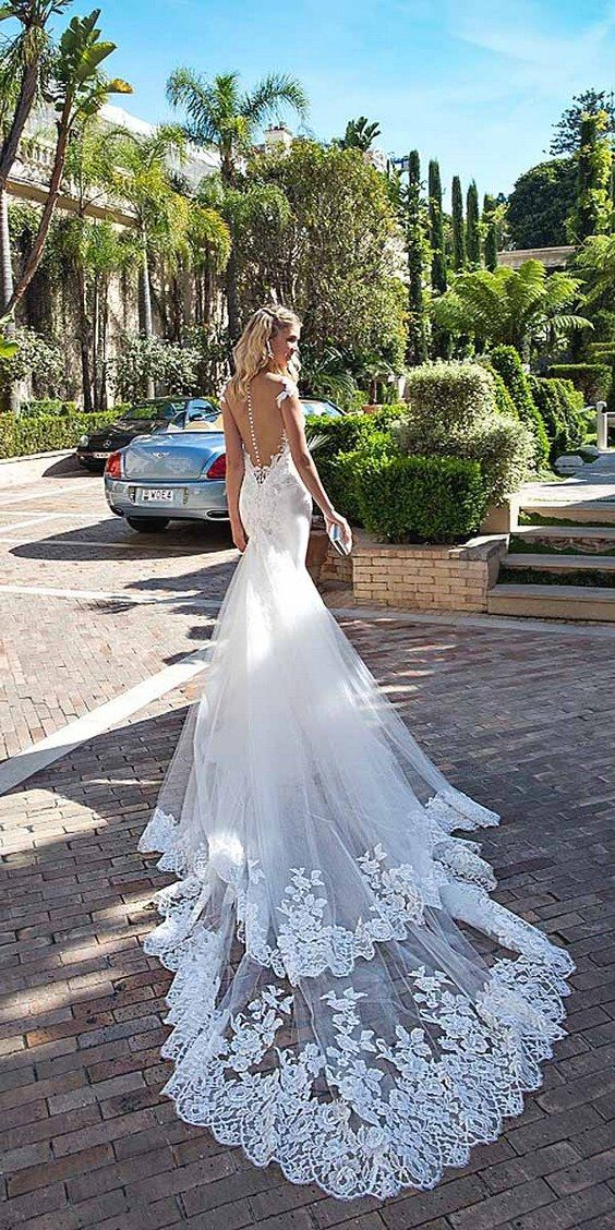 Allow me to introduce you to Alessandra Rinaudo wedding dresses 2017 collection that will steal your heart without intending to return it. Bellagio.