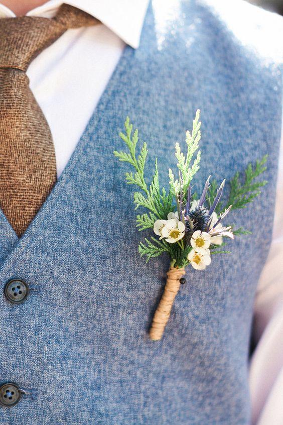 Boutonnière de flores salvajes para una boda vintage o boho.