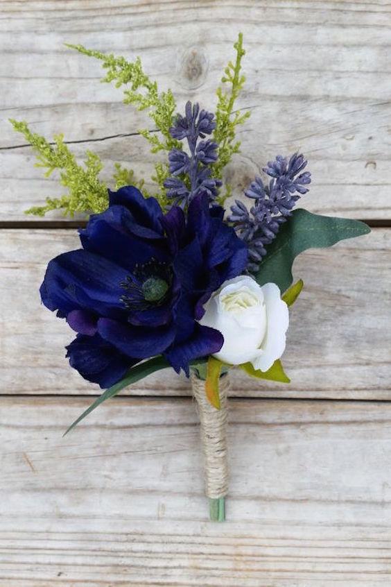 Boutonniere en azul marino y blanco de AdelaideFlowerMill.