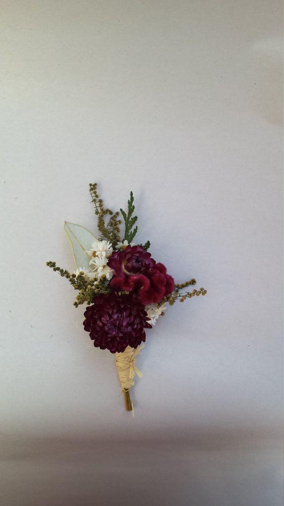 Boutonniere en blanco y vino con flores secas de NotJustWeeds.