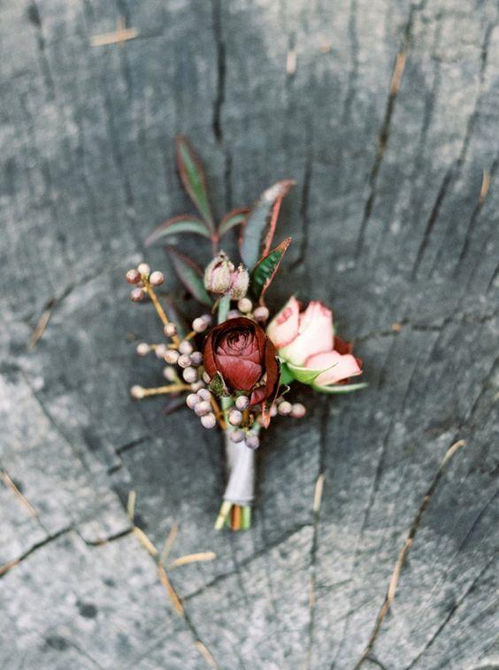 Boutonniere para novio en blush y vino para una boda rústica. Fotógrafo: Taralynn Lawton Photography.