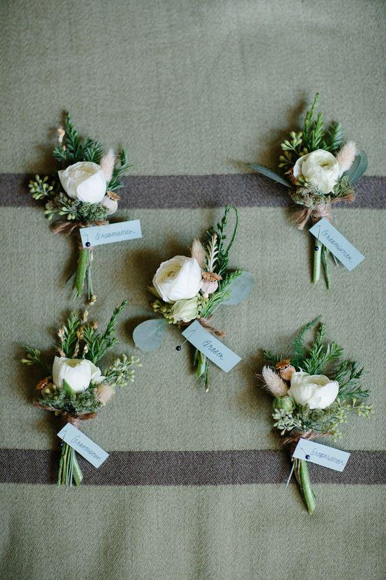 Boutonnieres modernas y rústicas con ranunculus y evergreens de Fleurie Flower Studio.