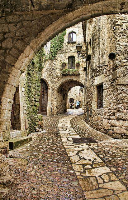 La región de Cataluña, Espana es una tierra de ensueño. Por algo es fuente de inspiración a algunos de los mejores diseñadores de moda y vestidos de bodas del mundo.