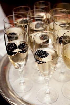 Champagne con grosellas para un cocktail muy Art Deco que va perfecta con una decoración de bodas de lujo o estilo Gatsby.