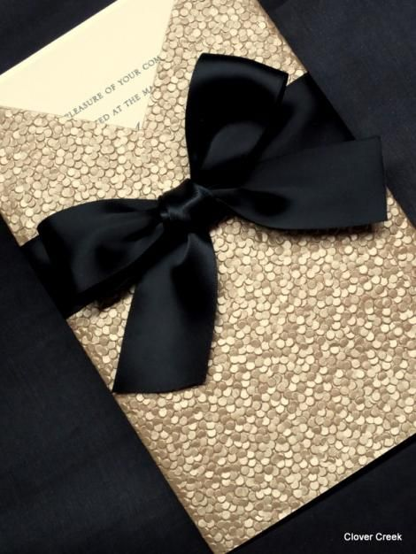Invitaciones con todo el glamour en un pocket en champagne con brillo.