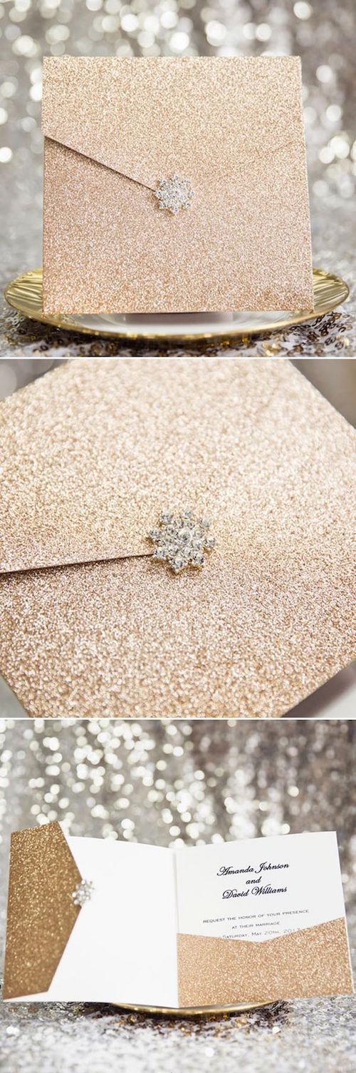 Invitaciones de boda en sobres dorados con todo el brillo y hebilla con strass.