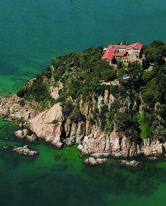 Las masías para bodas en Barcelona situadas en la costa son uno de los destinos de boda más demandados. Un ejemplo es El Convent de Blanes. Masías para bodas en Barcelona con vistas al mar.