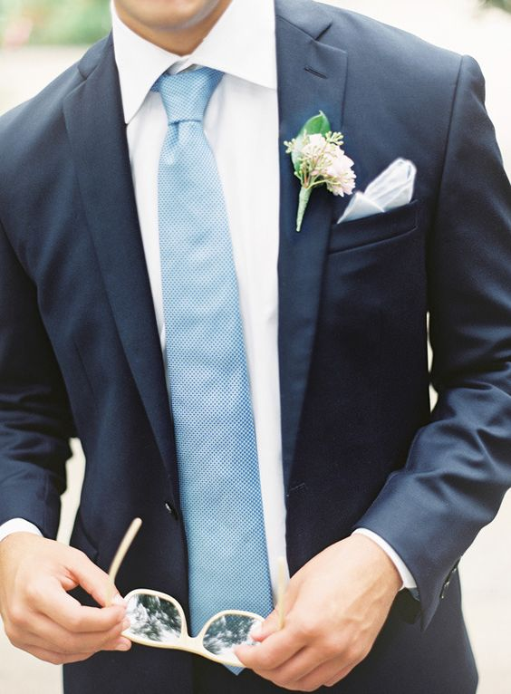 Match the tie to the wedding palette to give a splash of color and fun to the groom's look. Wedding photography: Claryphoto.