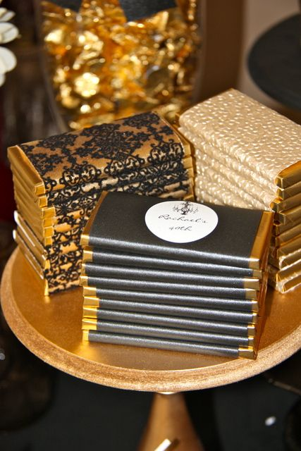 Personaliza unos chocolates con los colores de tu boda y deja que tus invitados se sigan asombrando con los detalles de una boda de lujo.