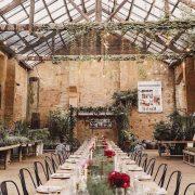 Esta hermosa boda botánica se celebró dentro de un invernadero desbordante de vegetacion en Barcelona. ¿Podrías imaginar algo más mágico?