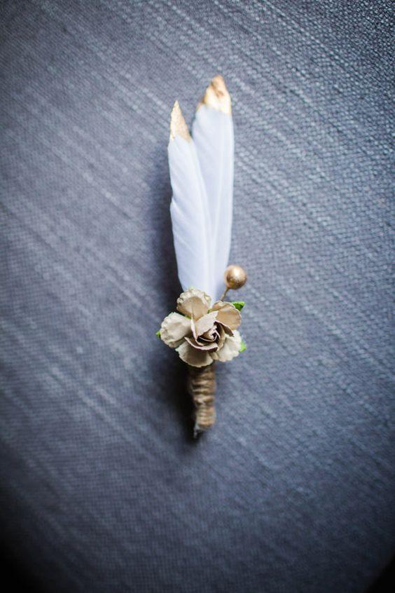 Estas hermosas plumas blancas están sumergidas en pintura dorada que le da un toque muy elegante. Perfecta para una boda boho o rústica.