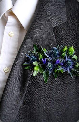 Super original boutonniere en forma de pañuelo cuadrado de Botanical Brouhaha.