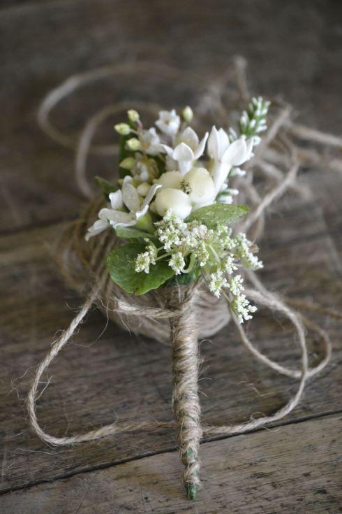Inspirado en una boda italiana un ojal hecho de hilo torzal. Aprende como hacer un boutonniere para tu novio! :)