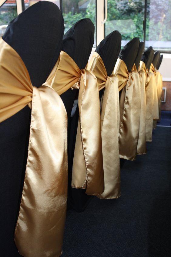 Agrega un listón en dorado a tus sillas para acompañar esta decoración de bodas.