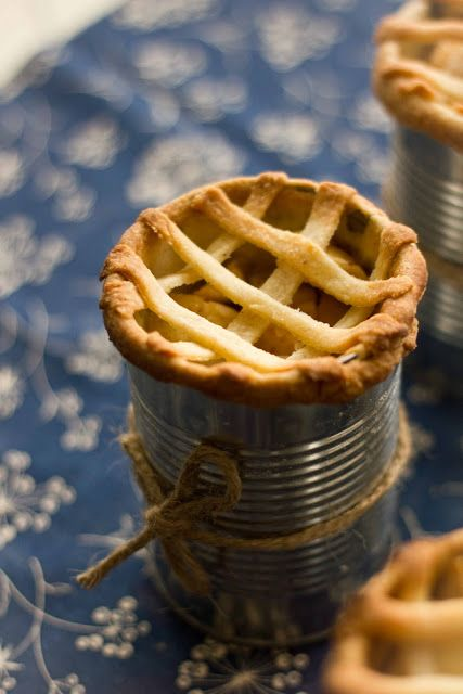 If you are you handy in the kitchen, you may want to create these super original and delicious fall wedding favors: Apple pie In a can! And btw, I want one too!