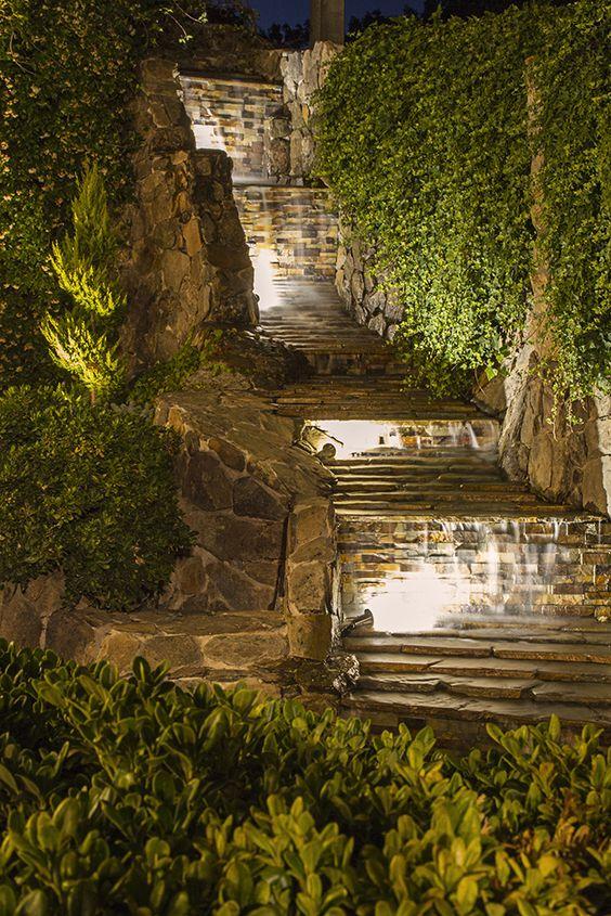 Cascadas de agua iluminadas en los jardinas de la Hacienda Jacarandá en Madrid.