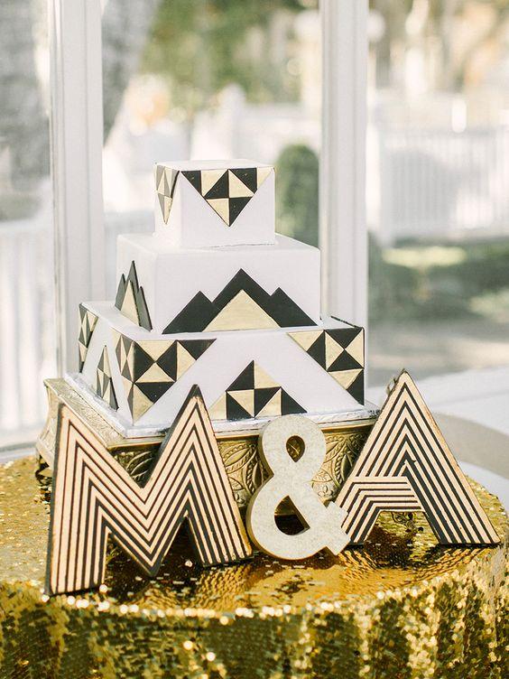 A seguir con la decoración metalizada con un mantel de lentejuelas doradas y un pastel de bodas que no deja nada por desear.